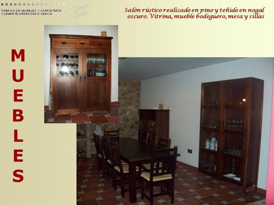 MUEBLESMUEBLES Salón rústico realizado en pino y teñido en nogal oscuro. Vitrina, mueble bodeguero, mesa y sillas