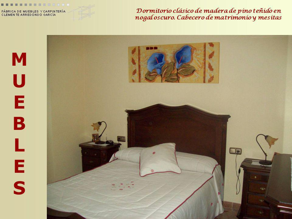MUEBLESMUEBLES Dormitorio clásico de madera de pino teñido en nogal oscuro. Cabecero de matrimonio y mesitas