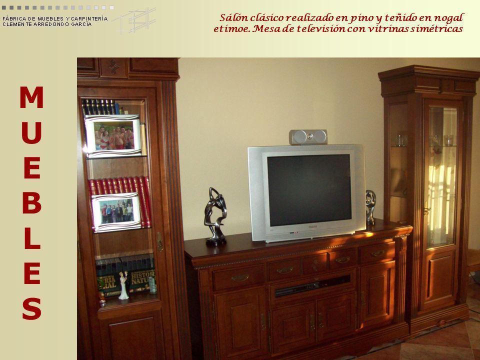 MUEBLESMUEBLES Sálón clásico realizado en pino y teñido en nogal etimoe. Mesa de televisión con vitrinas simétricas