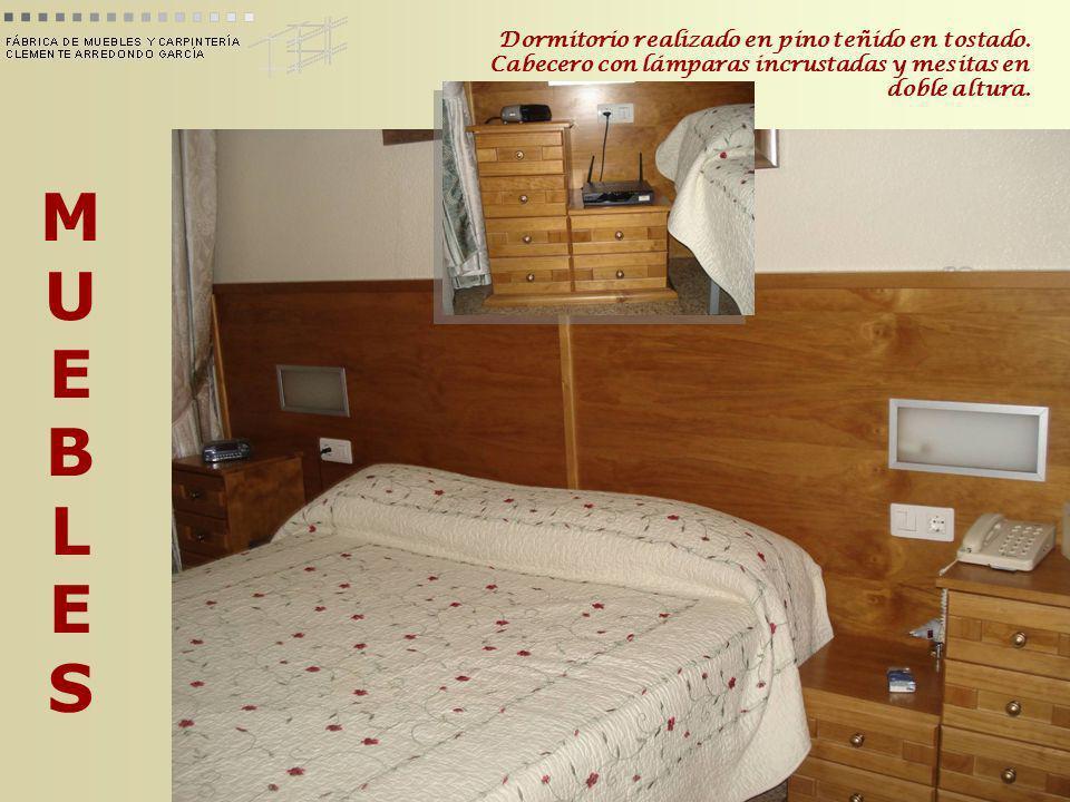 MUEBLESMUEBLES Dormitorio realizado en pino teñido en tostado. Cabecero con lámparas incrustadas y mesitas en doble altura.