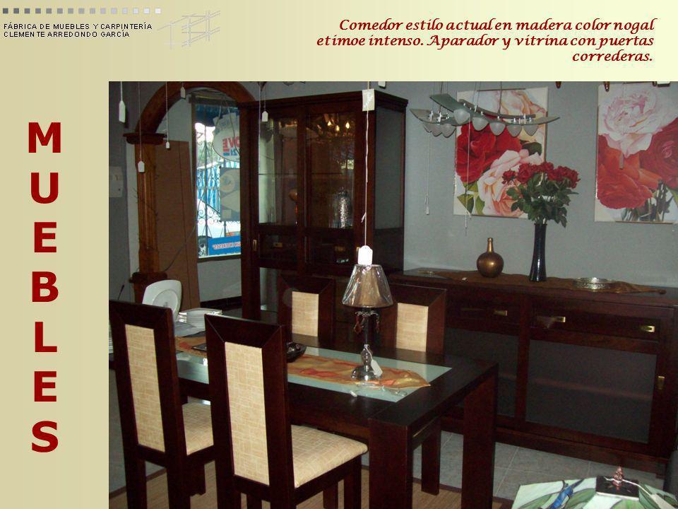 MUEBLESMUEBLES Comedor estilo actual en madera color nogal etimoe intenso. Aparador y vitrina con puertas correderas.