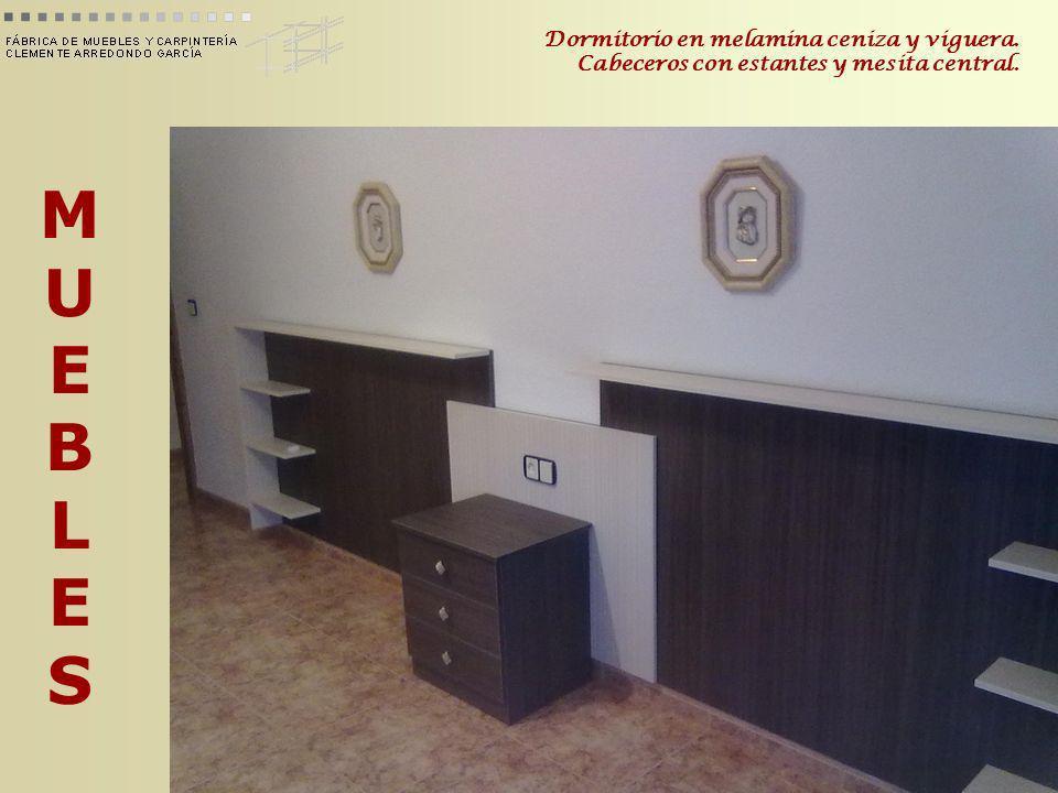 MUEBLESMUEBLES Dormitorio en melamina ceniza y viguera. Cabeceros con estantes y mesita central.