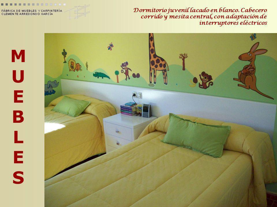 MUEBLESMUEBLES Dormitorio juvenil lacado en blanco. Cabecero corrido y mesita central, con adaptación de interruptores eléctricos