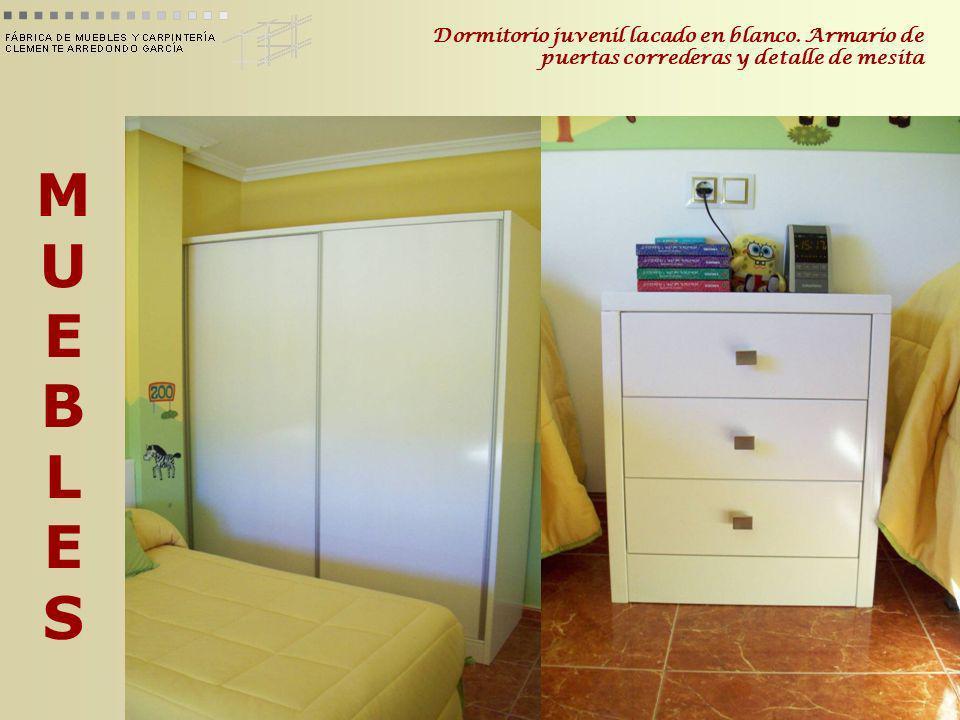 MUEBLESMUEBLES Dormitorio juvenil lacado en blanco. Armario de puertas correderas y detalle de mesita