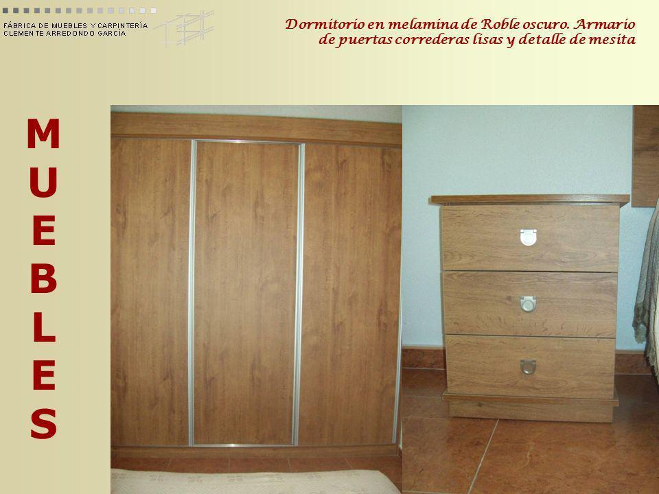 MUEBLESMUEBLES Dormitorio en melamina de Roble oscuro. Armario de puertas correderas lisas y detalle de mesita