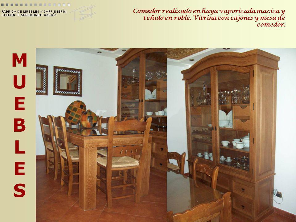 MUEBLESMUEBLES Comedor realizado en haya vaporizada maciza y teñido en roble. Vitrina con cajones y mesa de comedor.