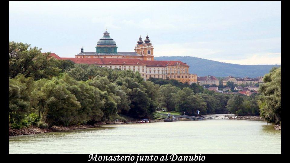 Monasterio junto al Danubio