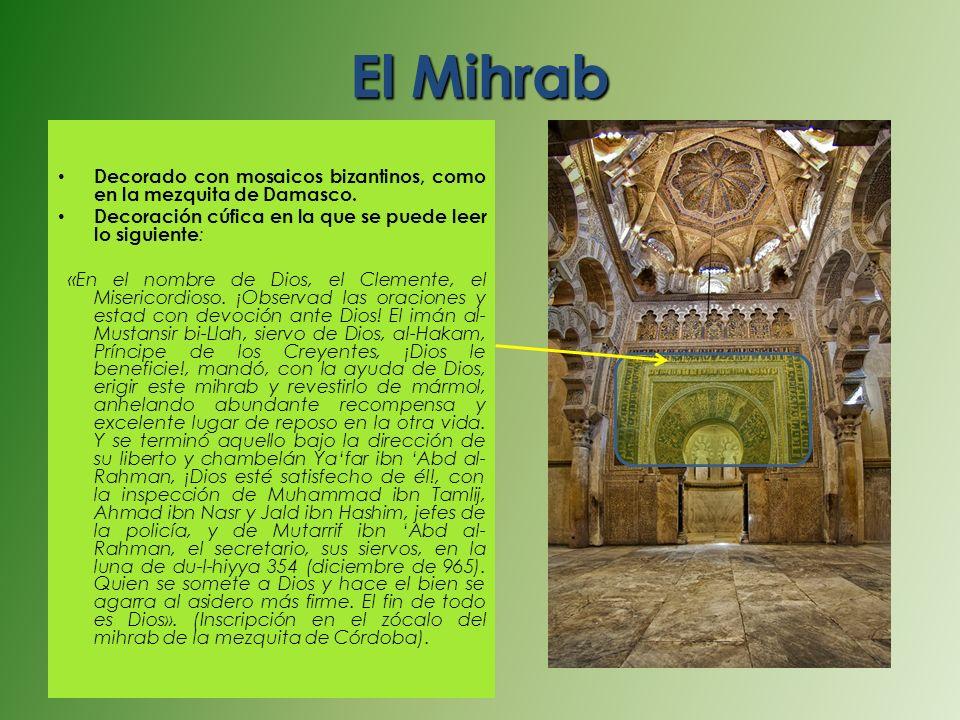 El Mihrab Decorado con mosaicos bizantinos, como en la mezquita de Damasco. Decoración cúfica en la que se puede leer lo siguiente : «En el nombre de