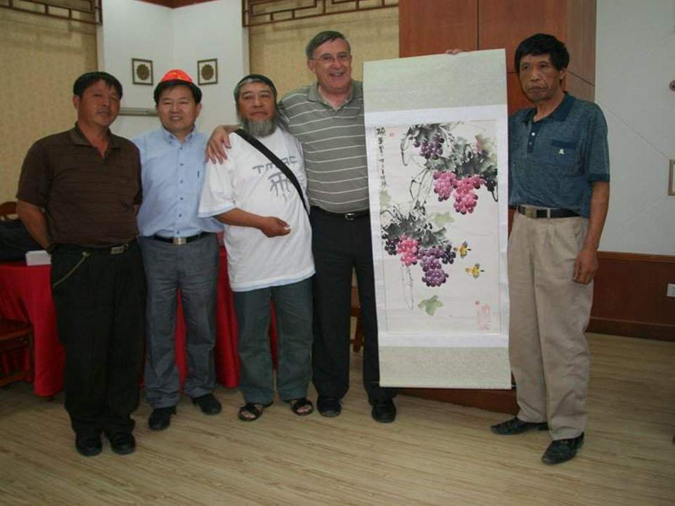 El jefe de la Comunidad Judía de Kaifeng hace entrega de un regalo al Rabino.