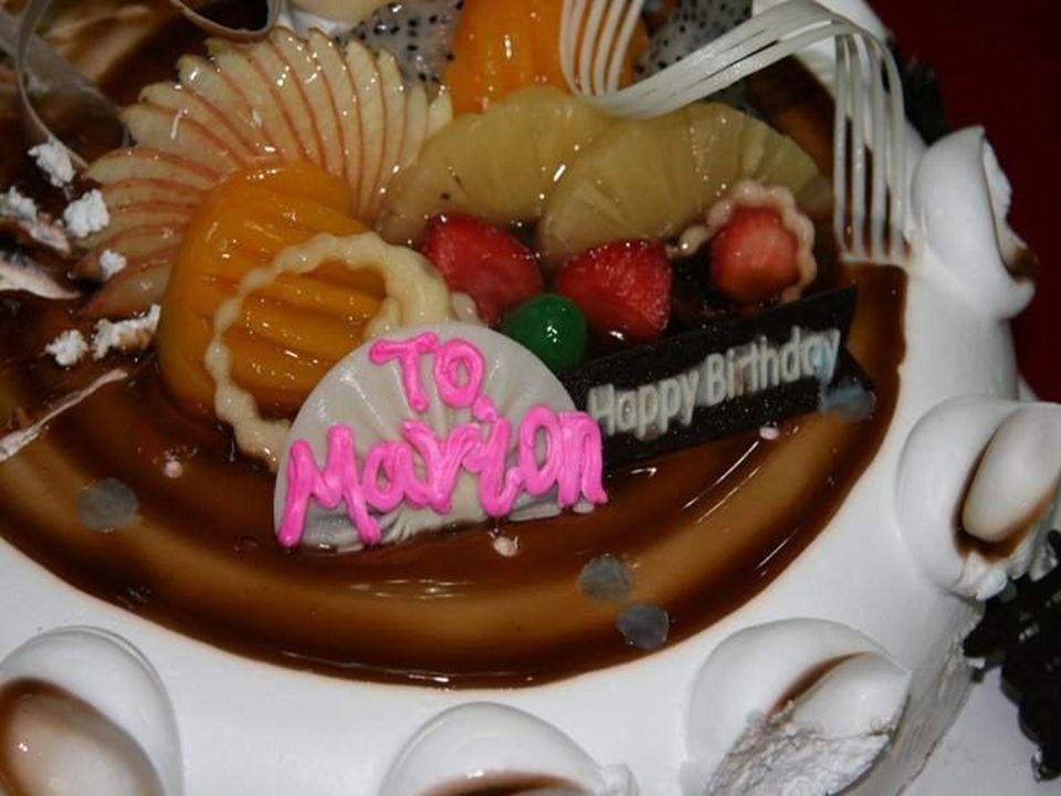 El jefe de la Comunidad Judía de Kaifeng, hace entrega a Marion de un regalo de cumpleaños.