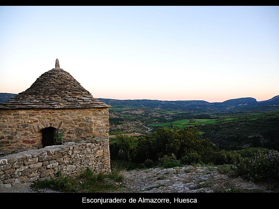 Se construían cerca de la iglesia del pueblo, especialmente de las ermitas, y son edificaciones generalmente cuadradas, aunque las hay también circula