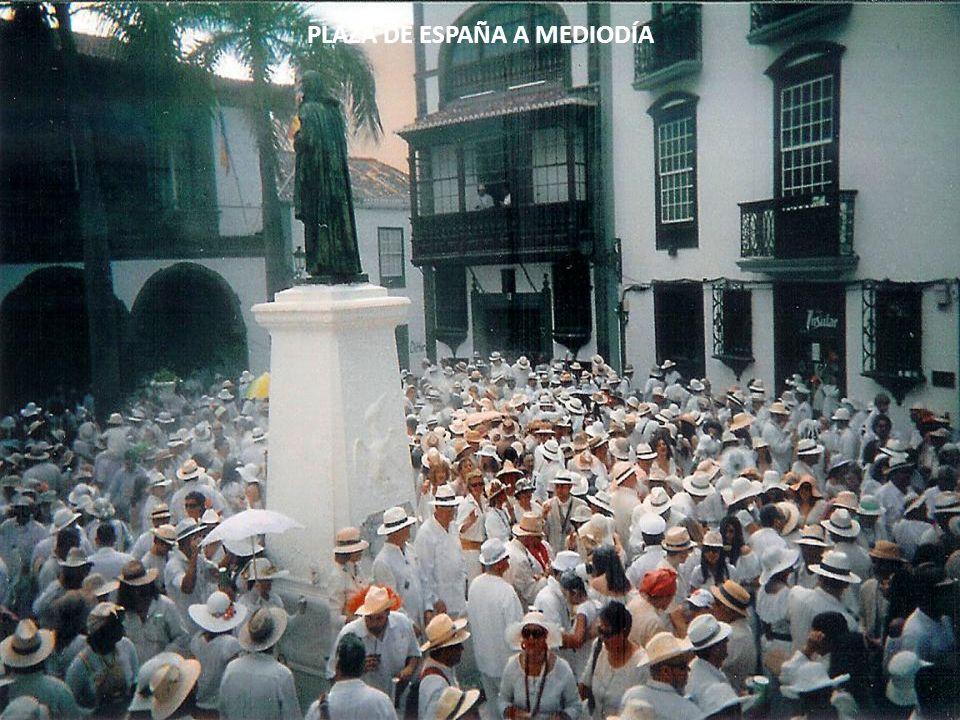SI ESTÁ USTED EN LA CIUDAD EL LUNES DE CARNAVAL ASISTIRÁ A LA LLEGADA DE LOS INDIANOS, EMIGRANTES RICOS QUE RETORNAN DE HACER LAS AMÉRICAS. CELEBRAN S