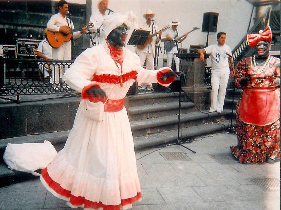 LA NEGRA TOMASA Y SU AYUDANTE BAILAN TRAS SER RECIBIDAS EN EL AYUNTAMIENTO CAPITALINO JUNTO A LA OFICIALIDAD DEL BARCO