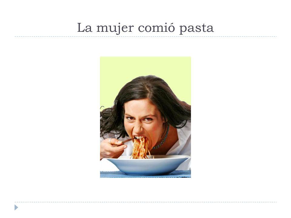 La mujer comió pasta
