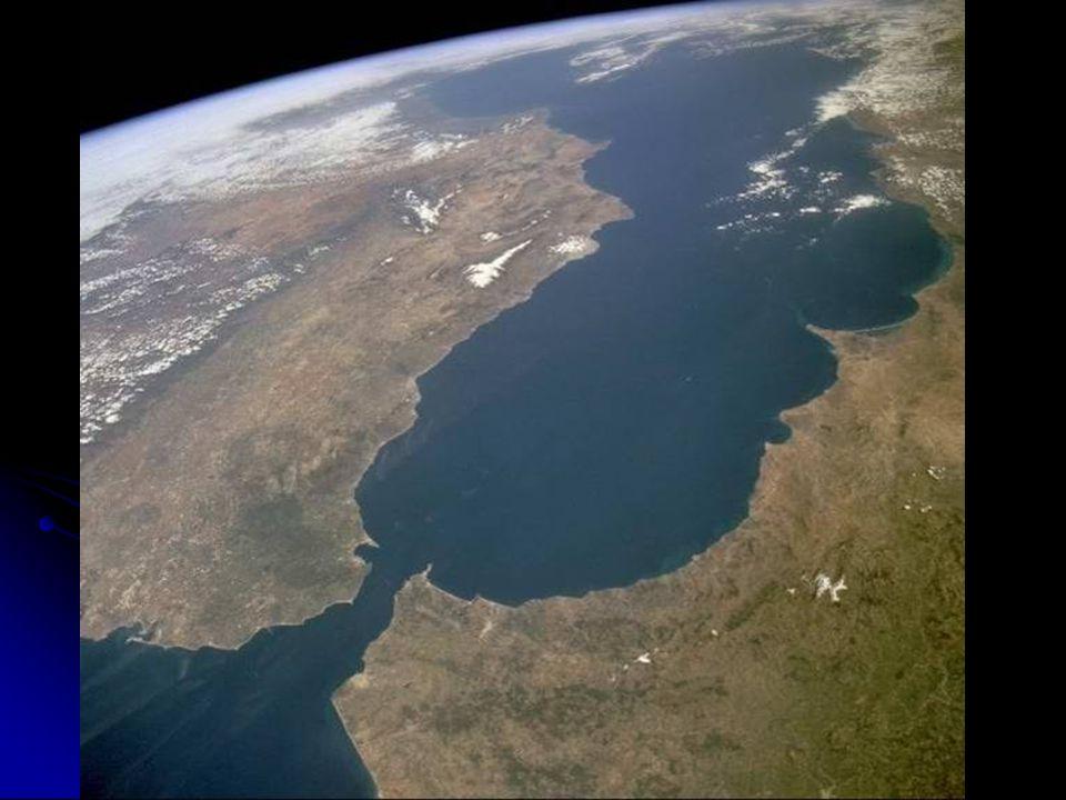 Deuda externa: 23.386 millones de US $ Servicio de la Deuda/Export.: 25,4 % Importaciones: 18.199 millones de US $ Exportaciones : 31.713 millones de US $ Principales clientes: UE (54,8%), Países del sur (7,5%), USA (22,,9%) Ejército de Tierra: 110.000 personas Ejército de Mar: 7.500 personas Ejército del Aire: 10.000 personas Argelia