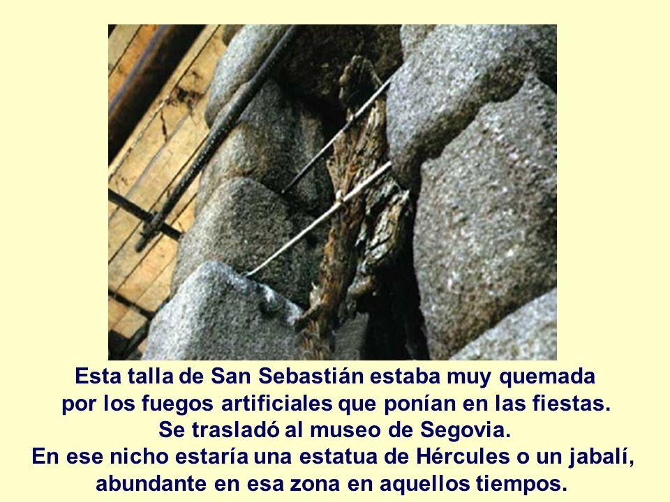 Esta talla de San Sebastián estaba muy quemada por los fuegos artificiales que ponían en las fiestas. Se trasladó al museo de Segovia. En ese nicho es