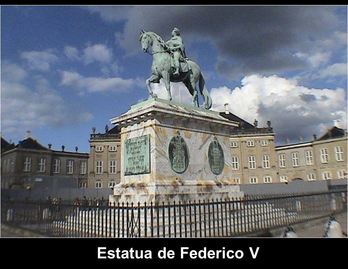 Palacio de Federico VIII o Palacio Brockdorff: es el palacio noreste, fue la residencia de la reina Ingrid de Suecia hasta su muerte en el año 2000; e
