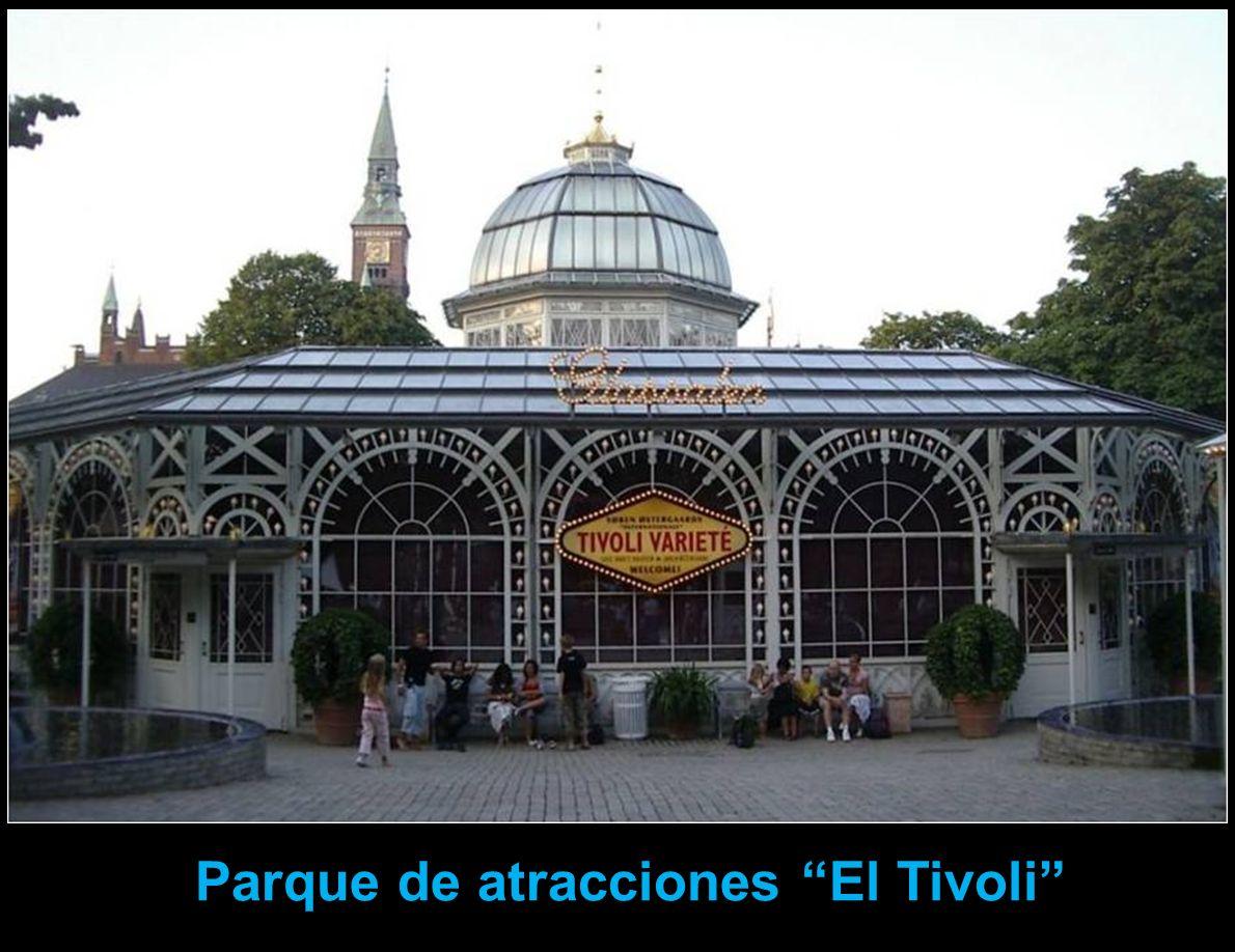 La principal atracción turística de Copenhague es el Tivoli, uno de los parques de atracciones más antiguos del mundo. El parque de atracciones, Tívol