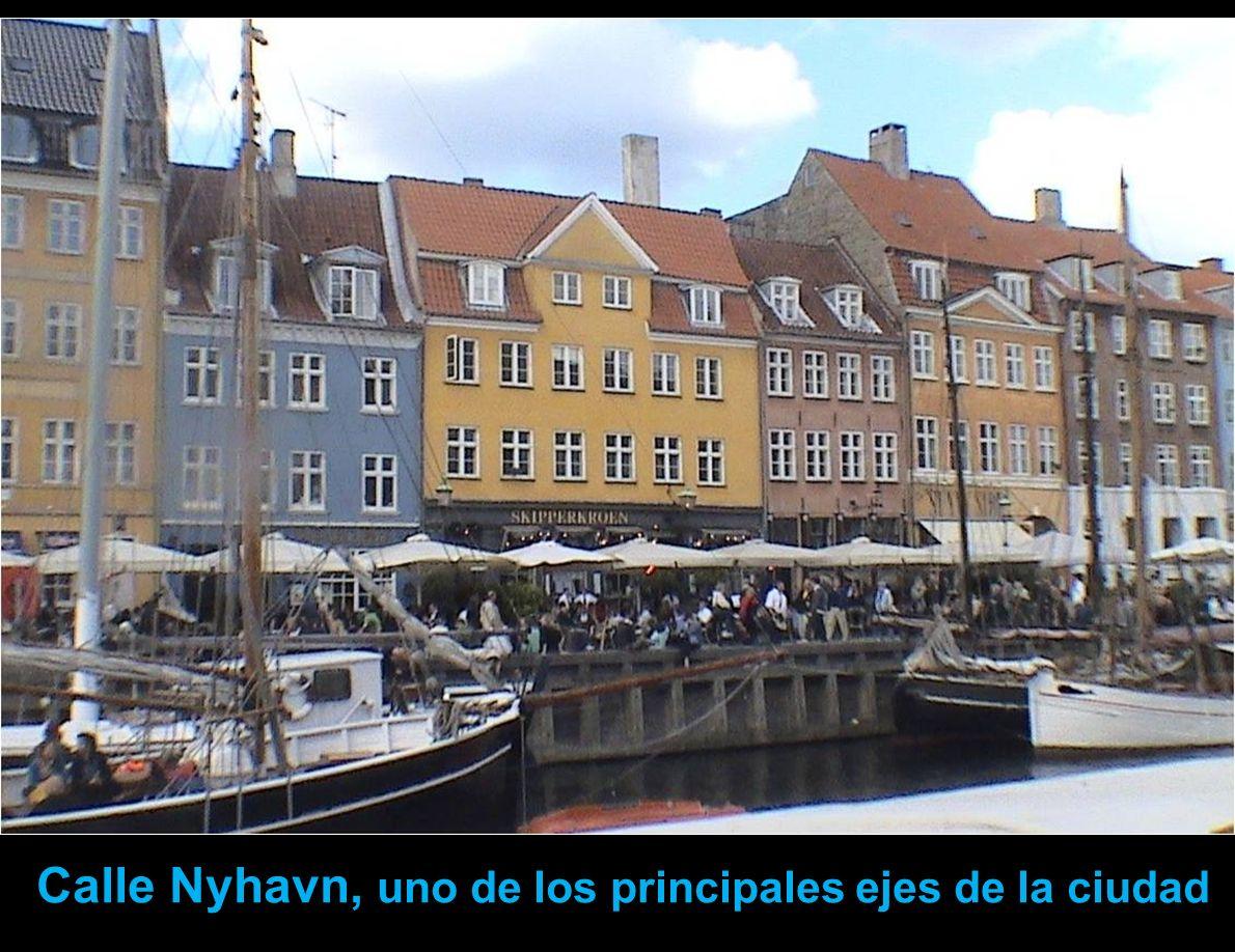 Calle Nyhavn.- Este muelle es el centro de una interesante movida nocturna con numerosos bares y restaurantes. Los barcos de turistas parten de aquí.