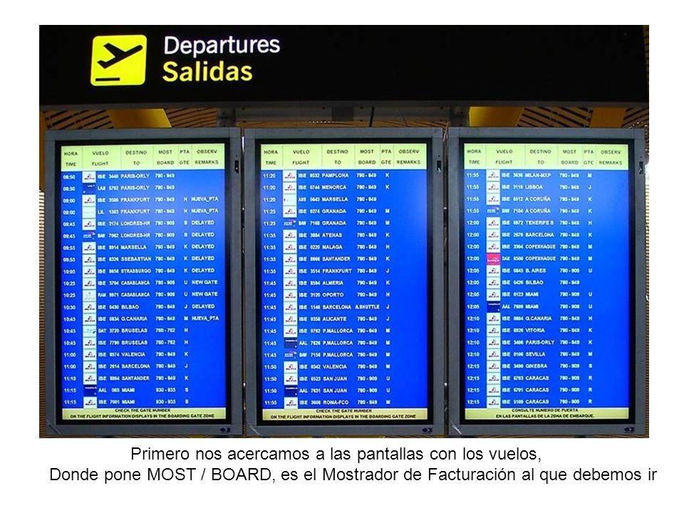 Primero nos acercamos a las pantallas con los vuelos, Donde pone MOST / BOARD, es el Mostrador de Facturación al que debemos ir