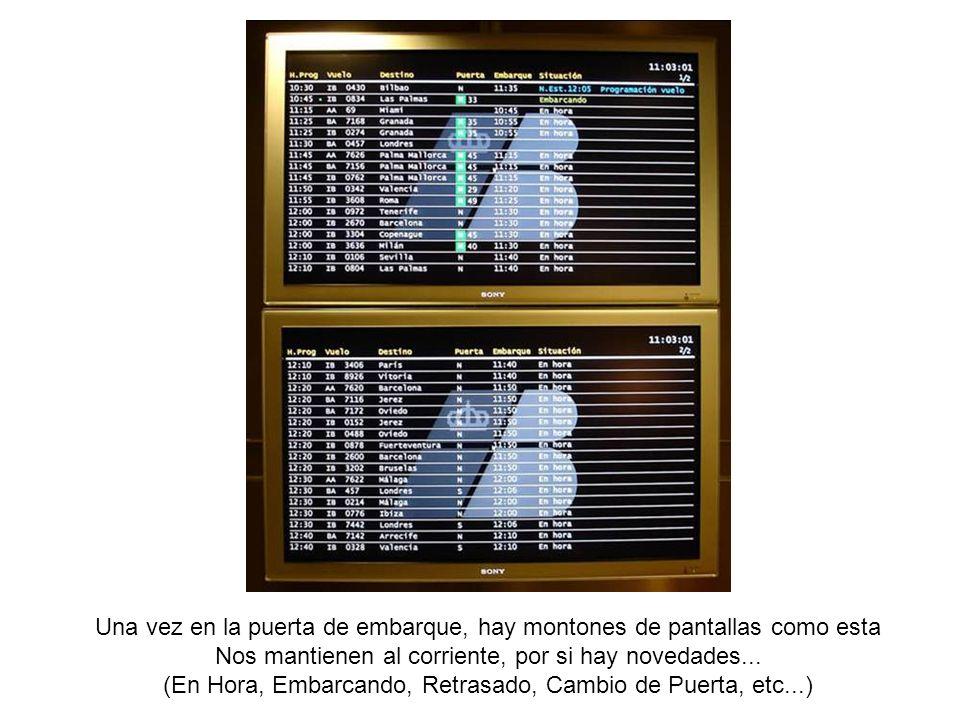 Una vez en la puerta de embarque, hay montones de pantallas como esta Nos mantienen al corriente, por si hay novedades... (En Hora, Embarcando, Retras