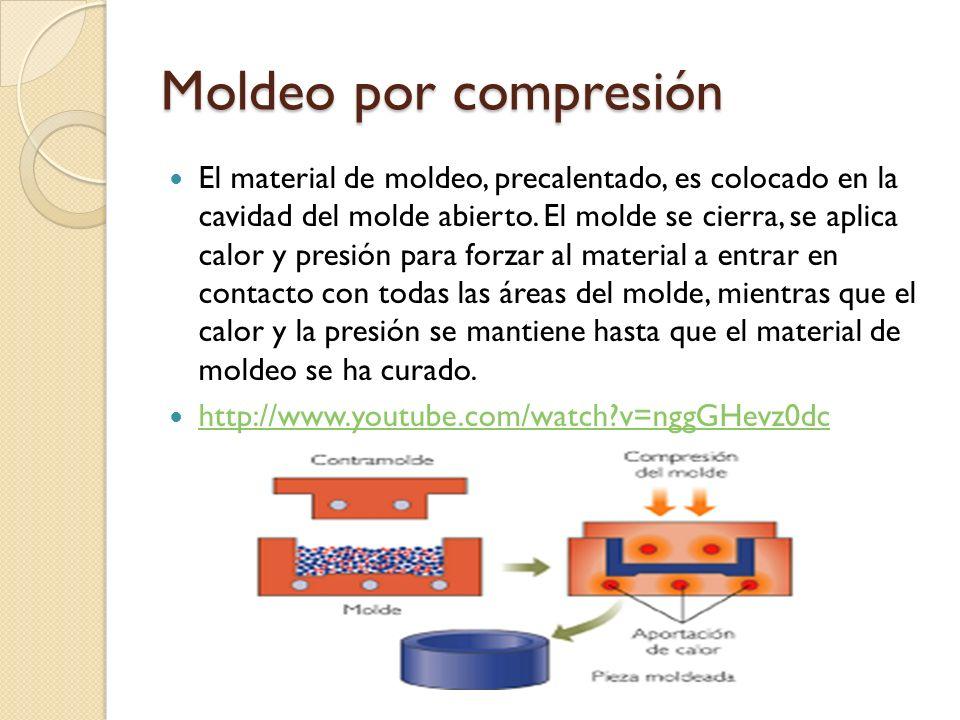 Moldeo por compresión El material de moldeo, precalentado, es colocado en la cavidad del molde abierto.