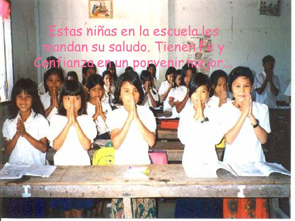 Estas niñas en la escuela les mandan su saludo. Tienen Fe y Confianza en un porvenir mejor...