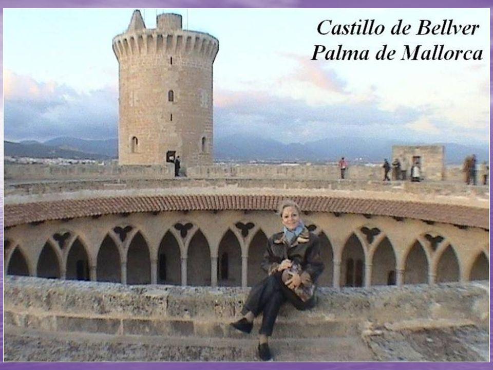 El castillo de Bellver es un castillo de estilo gótico de principios del siglo XIV situado a unos tres kilómetros al suroeste de la ciudad de Palma de Mallorca, encima de un monte de 112 m.