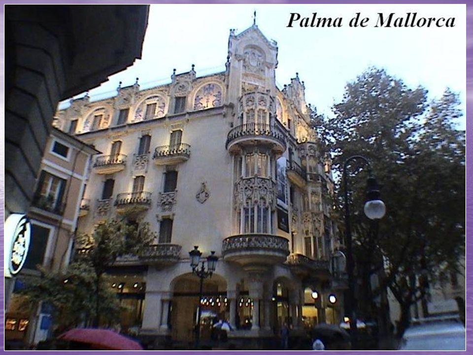 Forn Teatre: El local es uno de esas joyas de la capital de Baleares, tiene más de 100 años, el nombre le viene dado por su cercanía al Teatro Principal.
