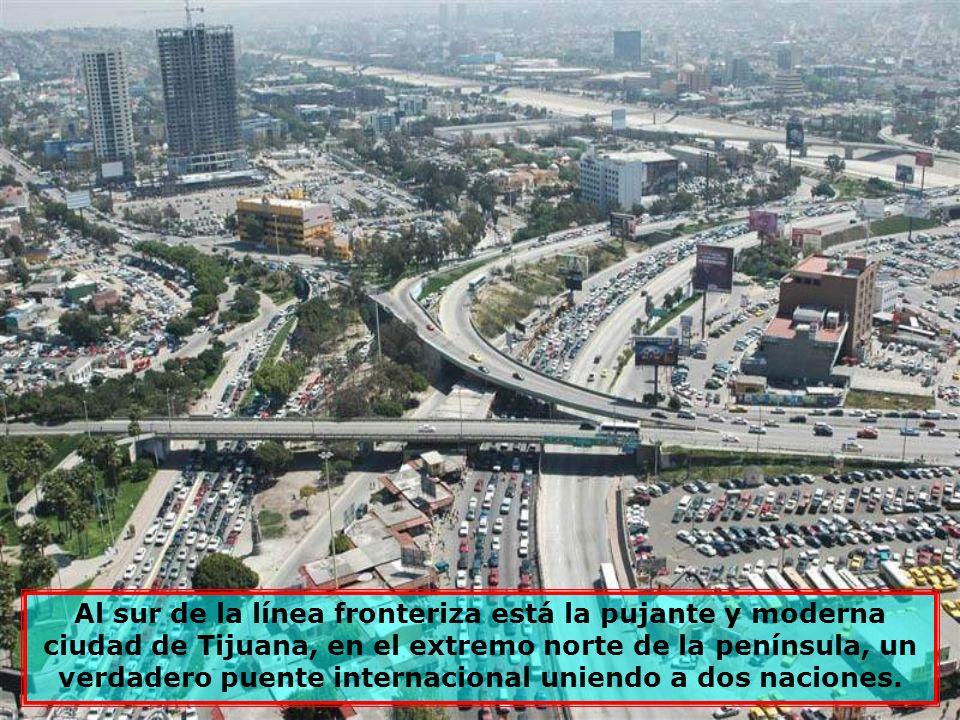 Hacia el norte, al otro lado de la frontera, está situada la moderna ciudad de San Diego, California (USA), de bellos perfiles urbanos.
