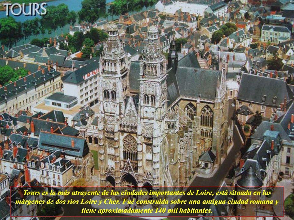 Saumur está situada en las márgenes del Río Loire y es conocida por un castillo de cuento de hadas (Château de Saumur), por la escuela de arquitectos,