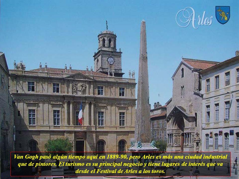 Arles tiene actualmente 45 mil habitantes y es una de pocas ciudades de Provenza que combinan muy bien con todos los encantos de la ciudad. Sus ruínas