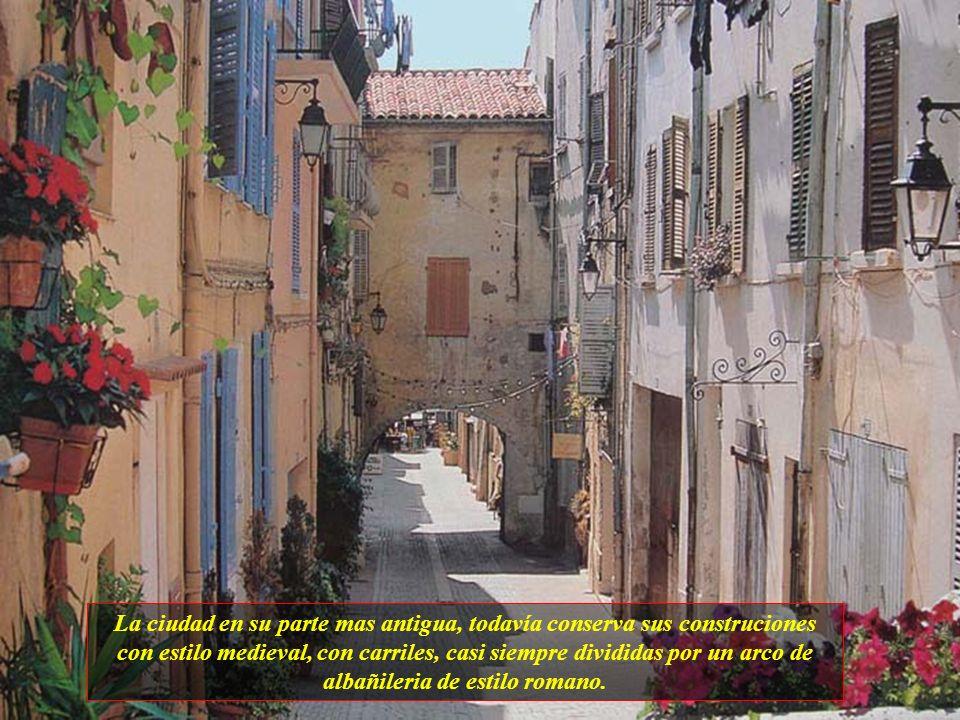 Van Gogh pasó algún tiempo aquí en 1889-90, pero Arles es más una ciudad industrial que de pintores. El turismo es su principal negocio y tiene lugare