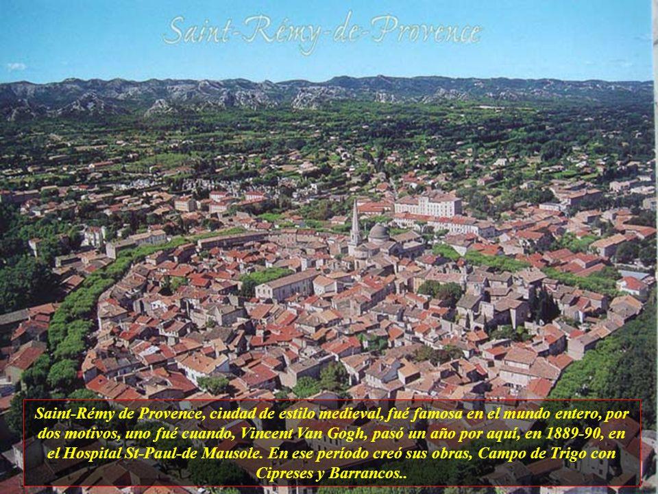La ciudad en su parte mas antigua, todavía conserva sus construciones con estilo medieval, con carriles, casi siempre divididas por un arco de albañil