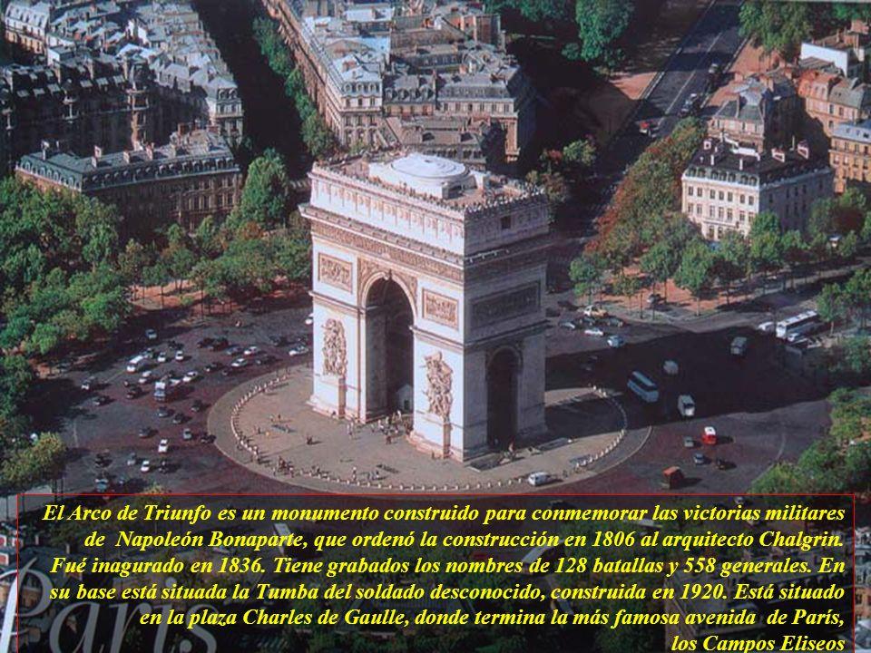 El Arco de Triunfo es un monumento construido para conmemorar las victorias militares de Napoleón Bonaparte, que ordenó la construcción en 1806 al arquitecto Chalgrin.