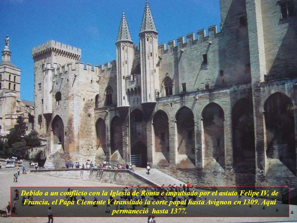 Uno de los lugares de interés es Palais des Papes – Palacio de los Papas, que tiene 15 mil metros cuadrados y es el mayor palacio gótico de Europa.
