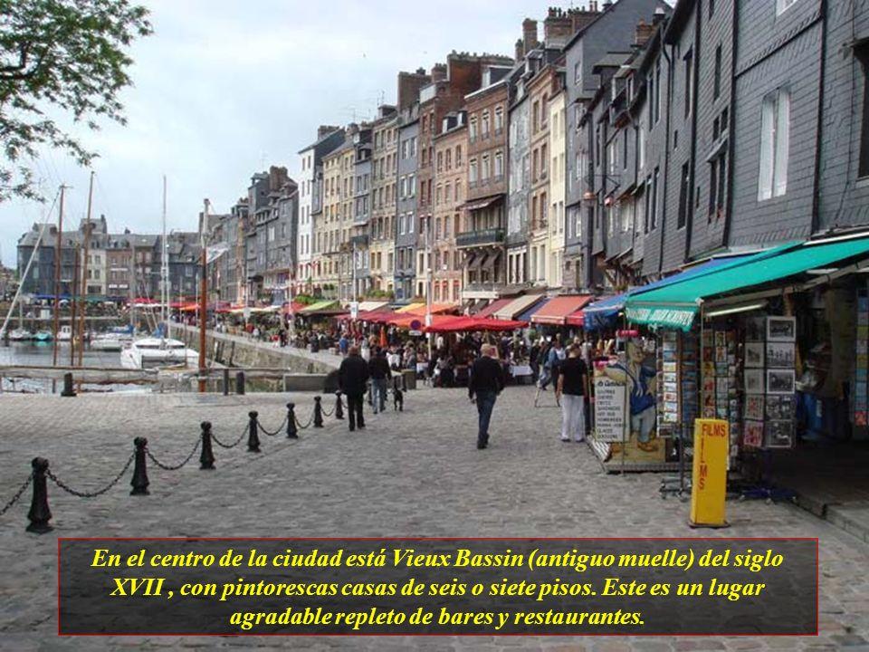 En el centro de la ciudad está Vieux Bassin (antiguo muelle) del siglo XVII, con pintorescas casas de seis o siete pisos.