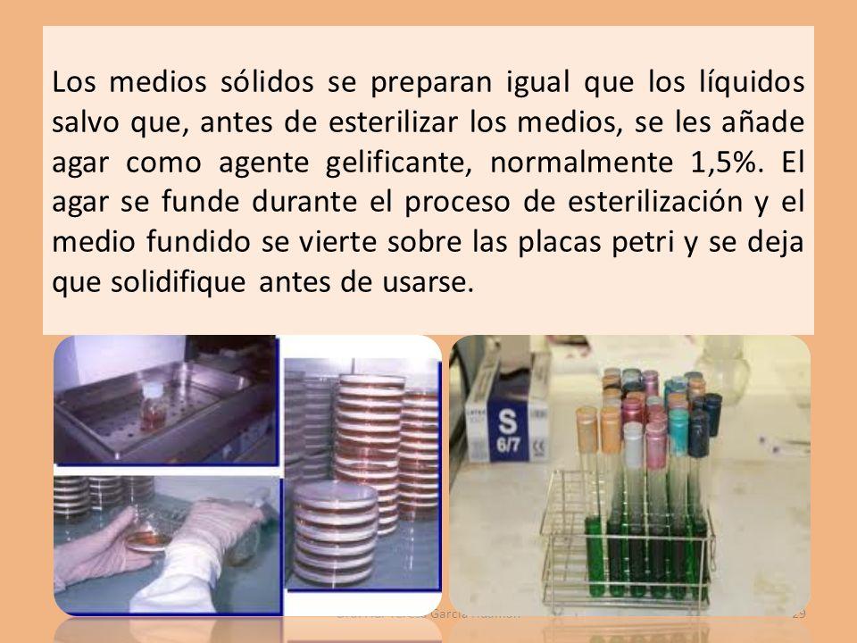 Los medios sólidos se preparan igual que los líquidos salvo que, antes de esterilizar los medios, se les añade agar como agente gelificante, normalmente 1,5%.