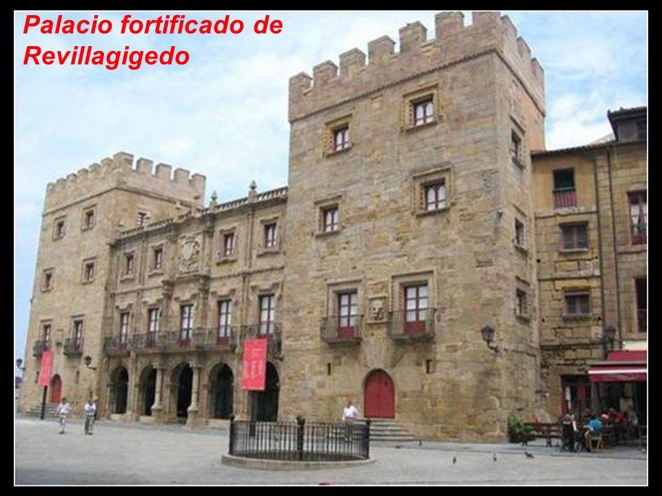 El palacio fortificado de Revillagigedo fue construido entre 1704 y 1721 por iniciativa de Carlos Miguel Ramírez de Jove, primer marqués de San Esteba