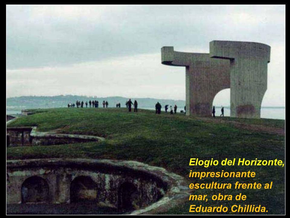 Elogio del Horizonte, impresionante escultura frente al mar, obra de Eduardo Chillida.