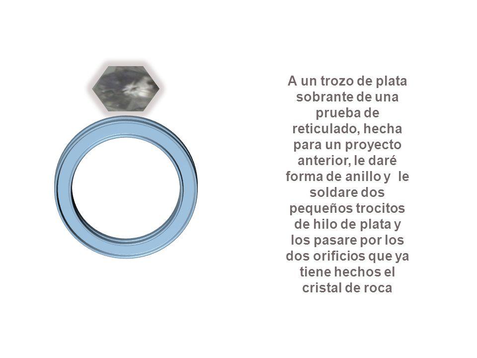 A un trozo de plata sobrante de una prueba de reticulado, hecha para un proyecto anterior, le daré forma de anillo y le soldare dos pequeños trocitos