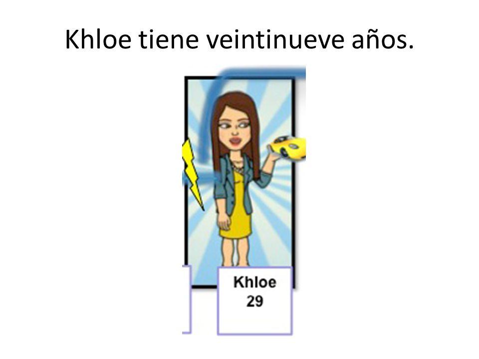 Khloe tiene veintinueve años.