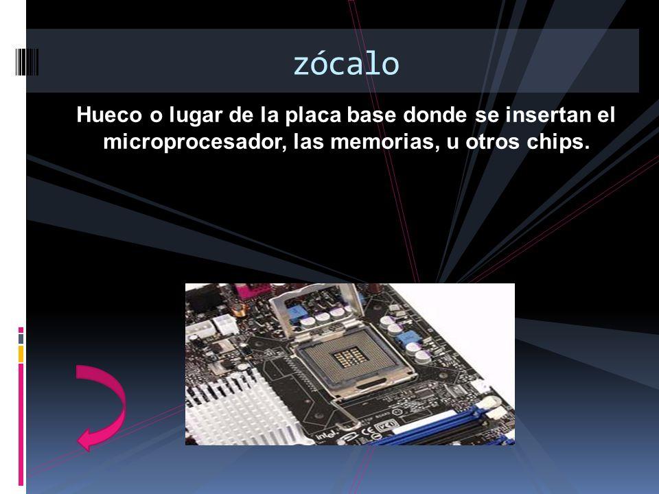 Hueco o lugar de la placa base donde se insertan el microprocesador, las memorias, u otros chips. zócalo