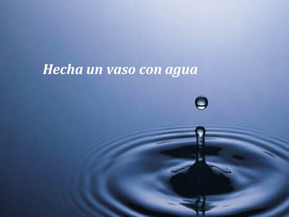 Hecha un vaso con agua