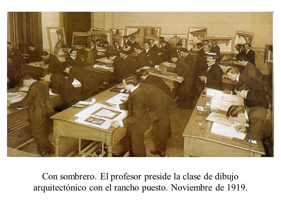 Con sombrero. El profesor preside la clase de dibujo arquitectónico con el rancho puesto. Noviembre de 1919.