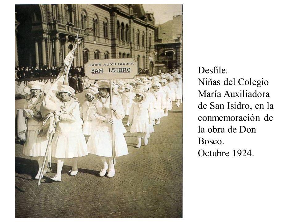 Desfile. Niñas del Colegio María Auxiliadora de San Isidro, en la conmemoración de la obra de Don Bosco. Octubre 1924.
