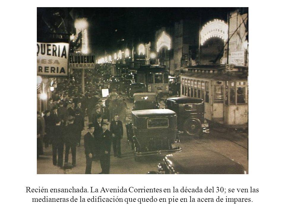 Recién ensanchada. La Avenida Corrientes en la década del 30; se ven las medianeras de la edificación que quedo en pie en la acera de impares.