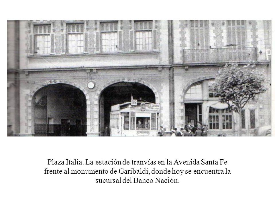 Plaza Italia. La estación de tranvías en la Avenida Santa Fe frente al monumento de Garibaldi, donde hoy se encuentra la sucursal del Banco Nación.