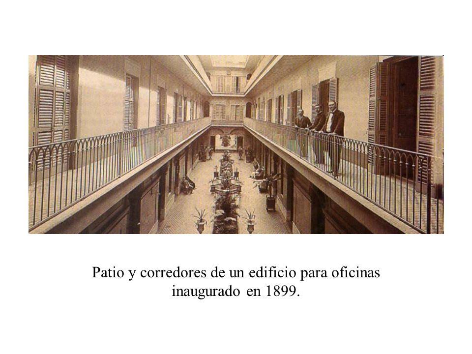Patio y corredores de un edificio para oficinas inaugurado en 1899.
