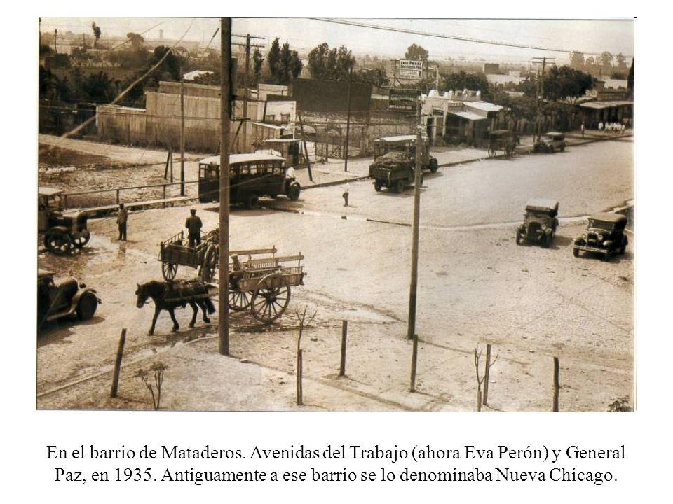 En el barrio de Mataderos. Avenidas del Trabajo (ahora Eva Perón) y General Paz, en 1935. Antiguamente a ese barrio se lo denominaba Nueva Chicago.